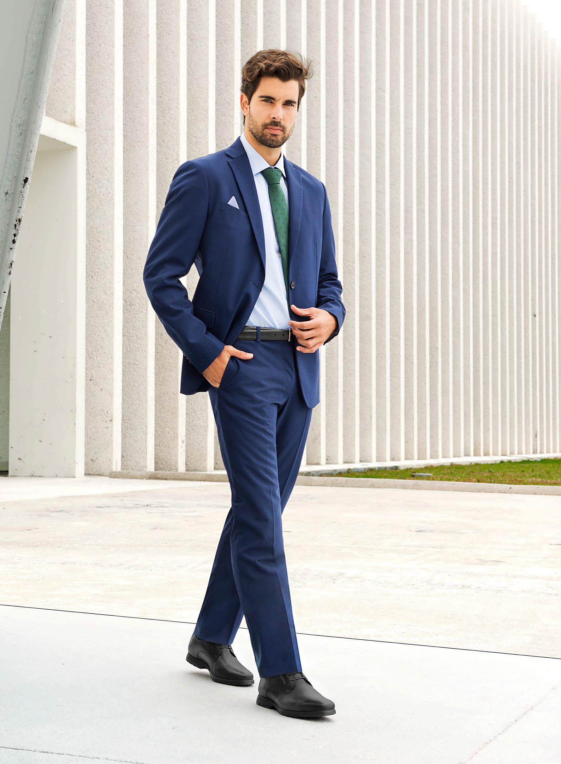 5c2b934cc6 Un traje azul navy lucirá muy elegante combinado con unos zapatos Oxford de  piel color negro