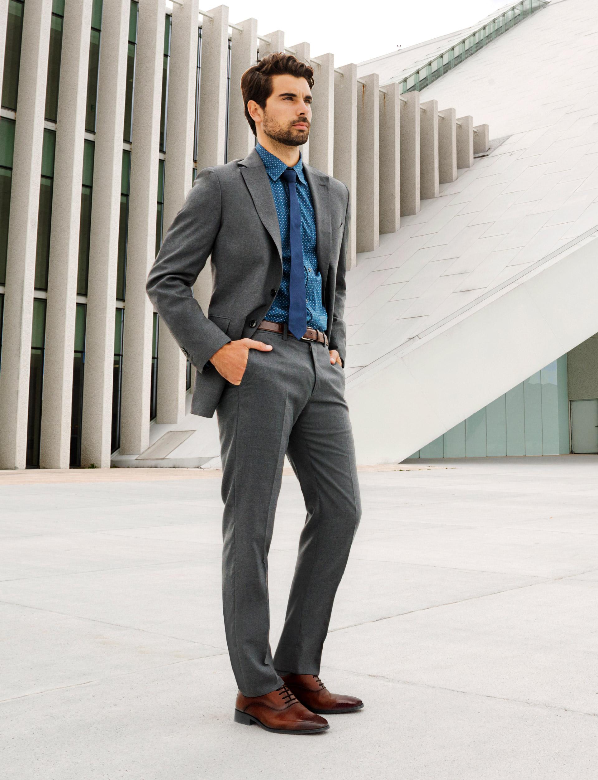 cd25751bfad15 La mejor opción para combinar un traje color gris oscuro es con calzado y  accesorios en color café oscuro