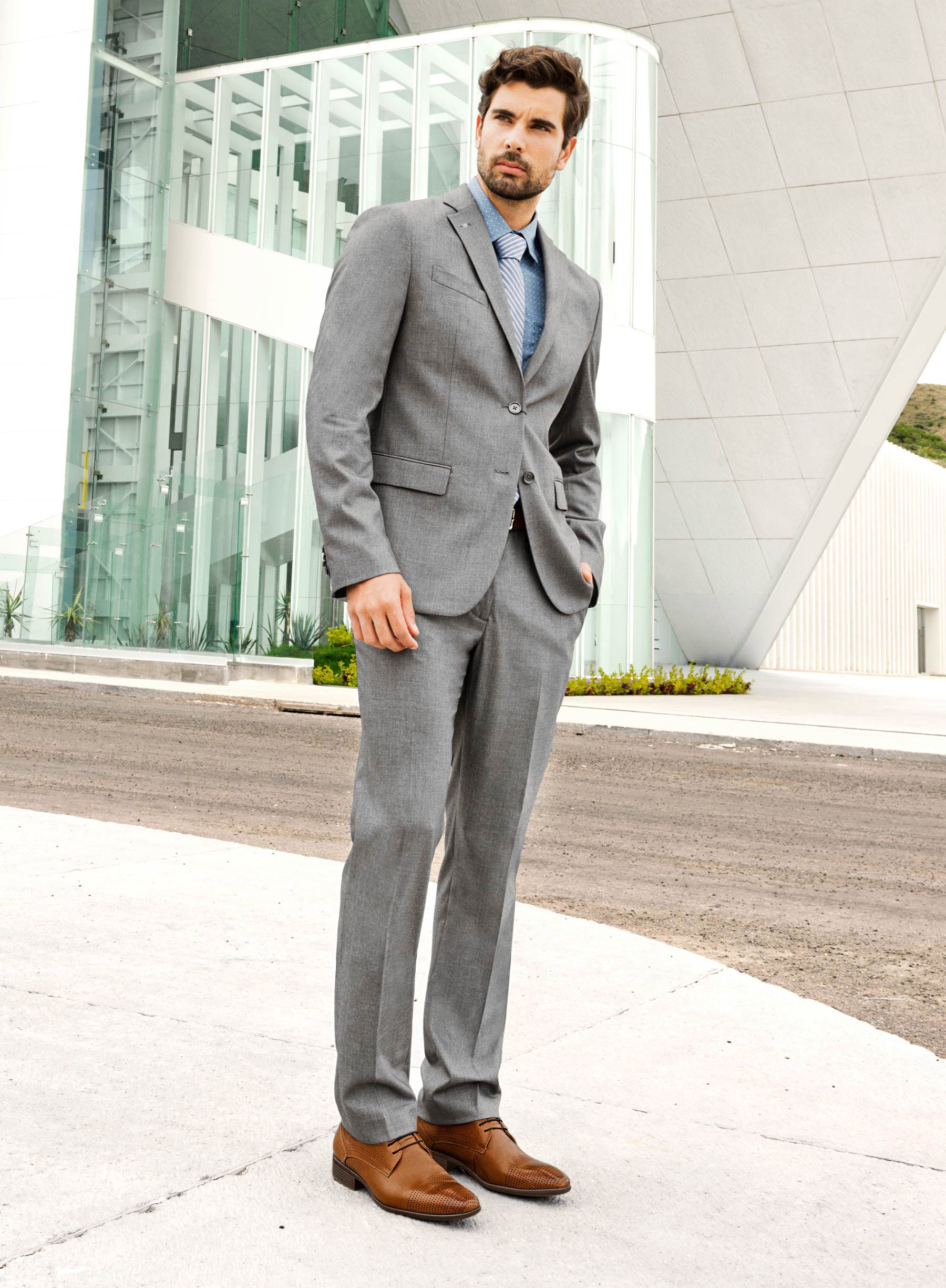 50a08c300976e Un traje gris claro se debe combinar con calzado negro