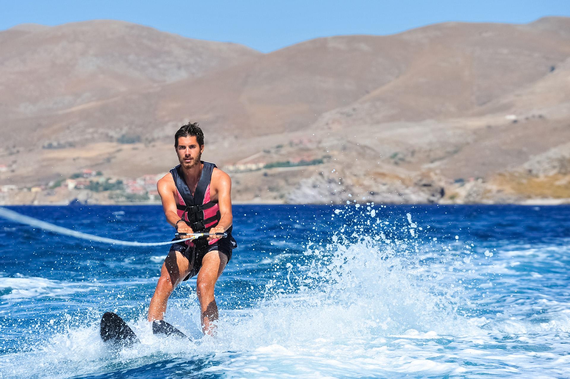 Joven practicando esquí acuático en el lago de Tequesquitengo, en el estado de Morelos